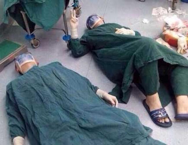Фото хирургов, лежавших на полу, облетело весь Интернет